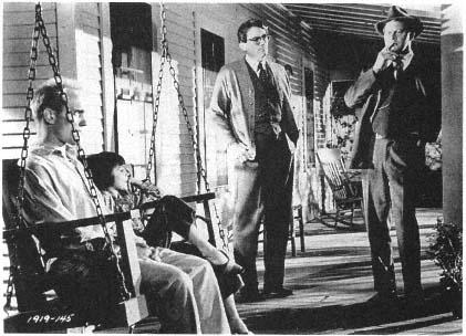 Boo Radley en el porche de los Finch junto a Scout, Atticus y el sheriff
